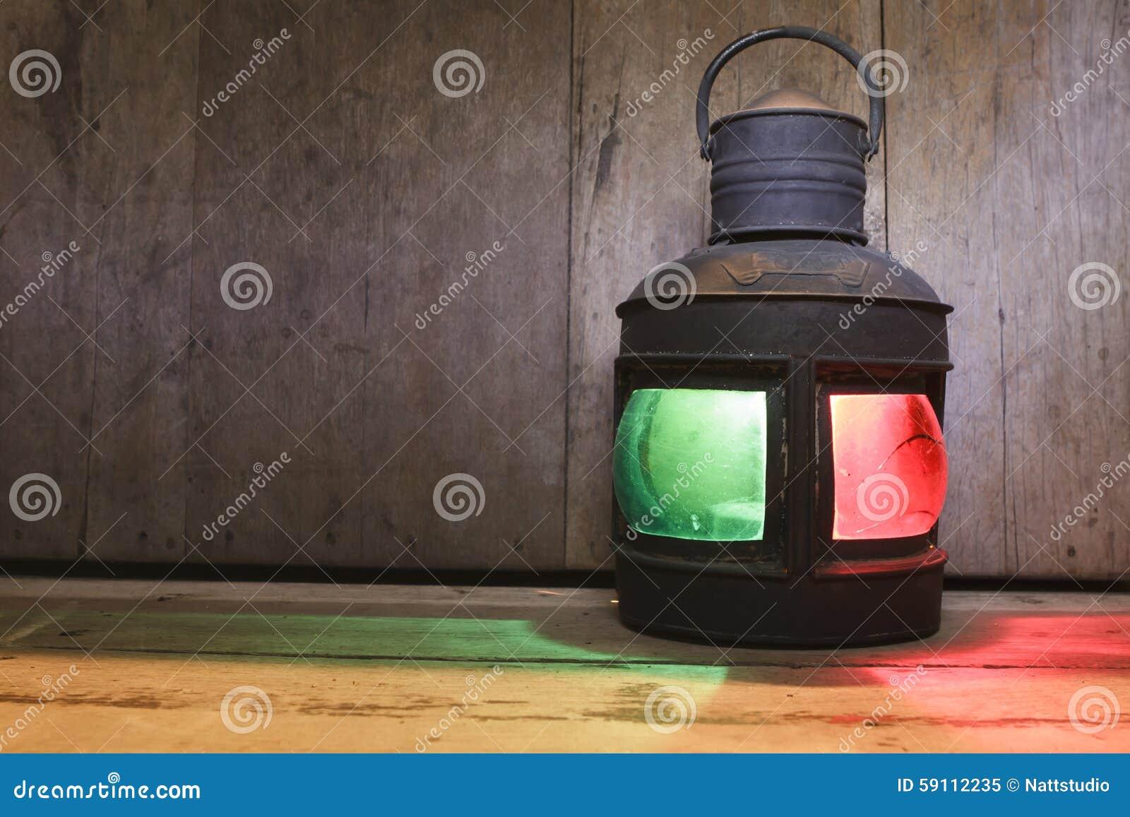 葡萄酒煤油在木地板上的油灯笼