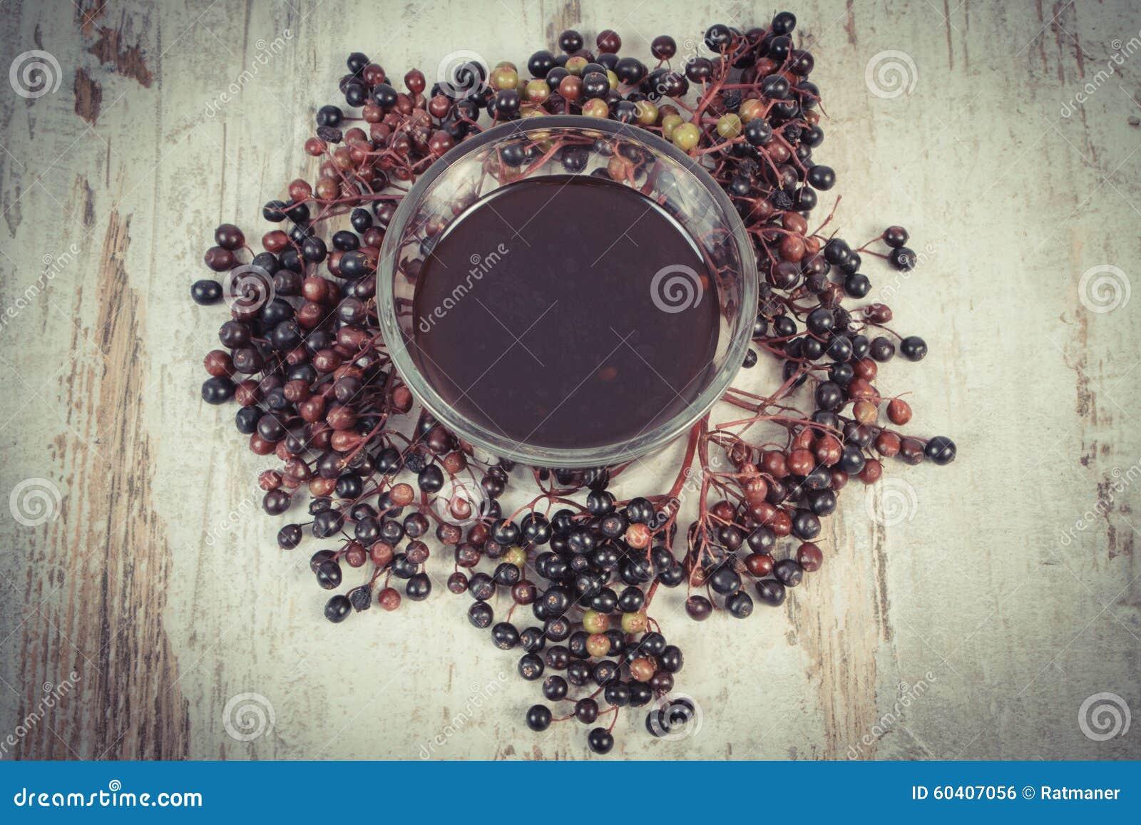 葡萄酒照片,束新鲜的接骨木浆果用在老木背景,健康营养的汁液