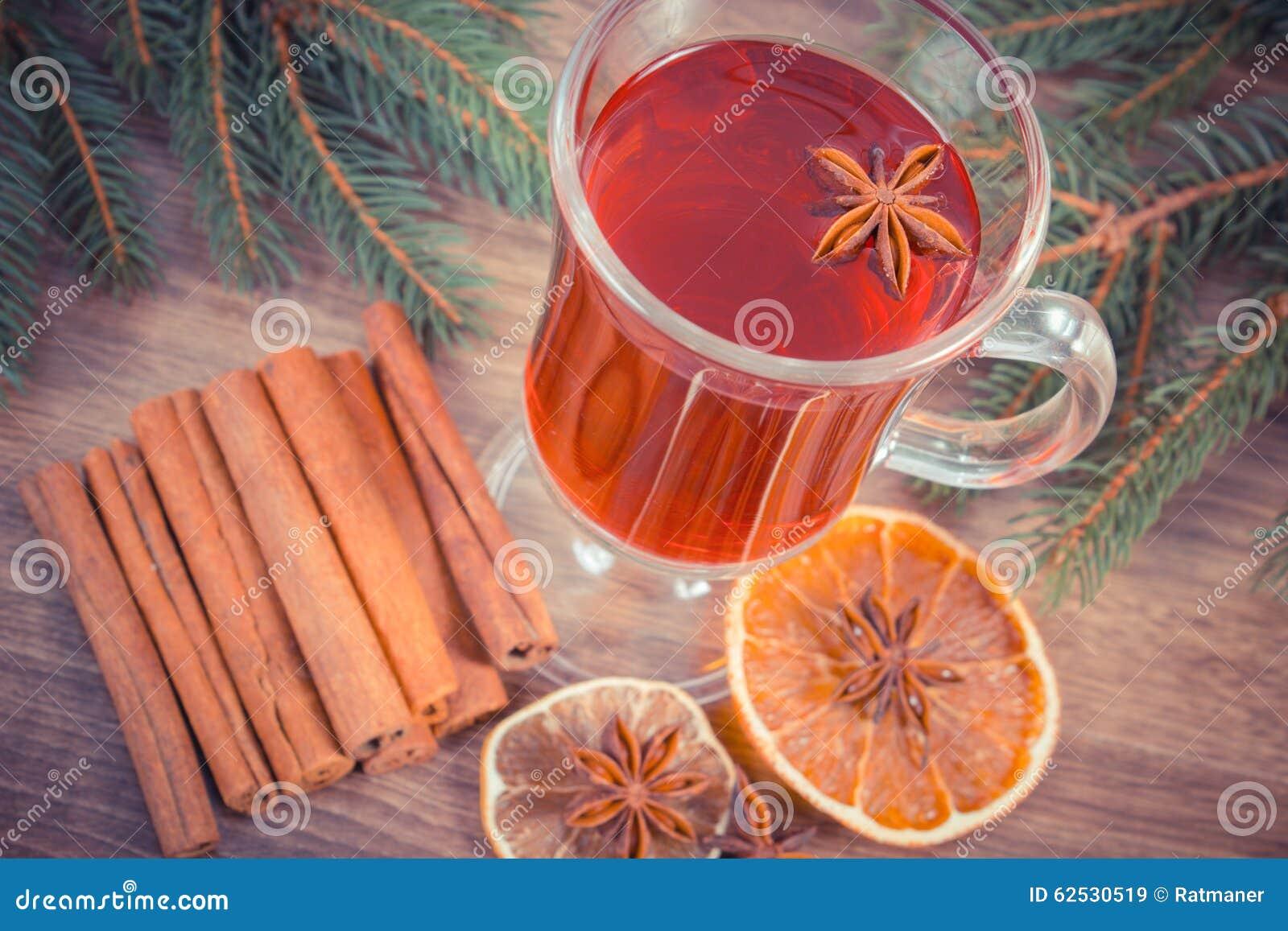 葡萄酒照片,被仔细考虑的酒为圣诞节或冬天晚上用香料和云杉的分支