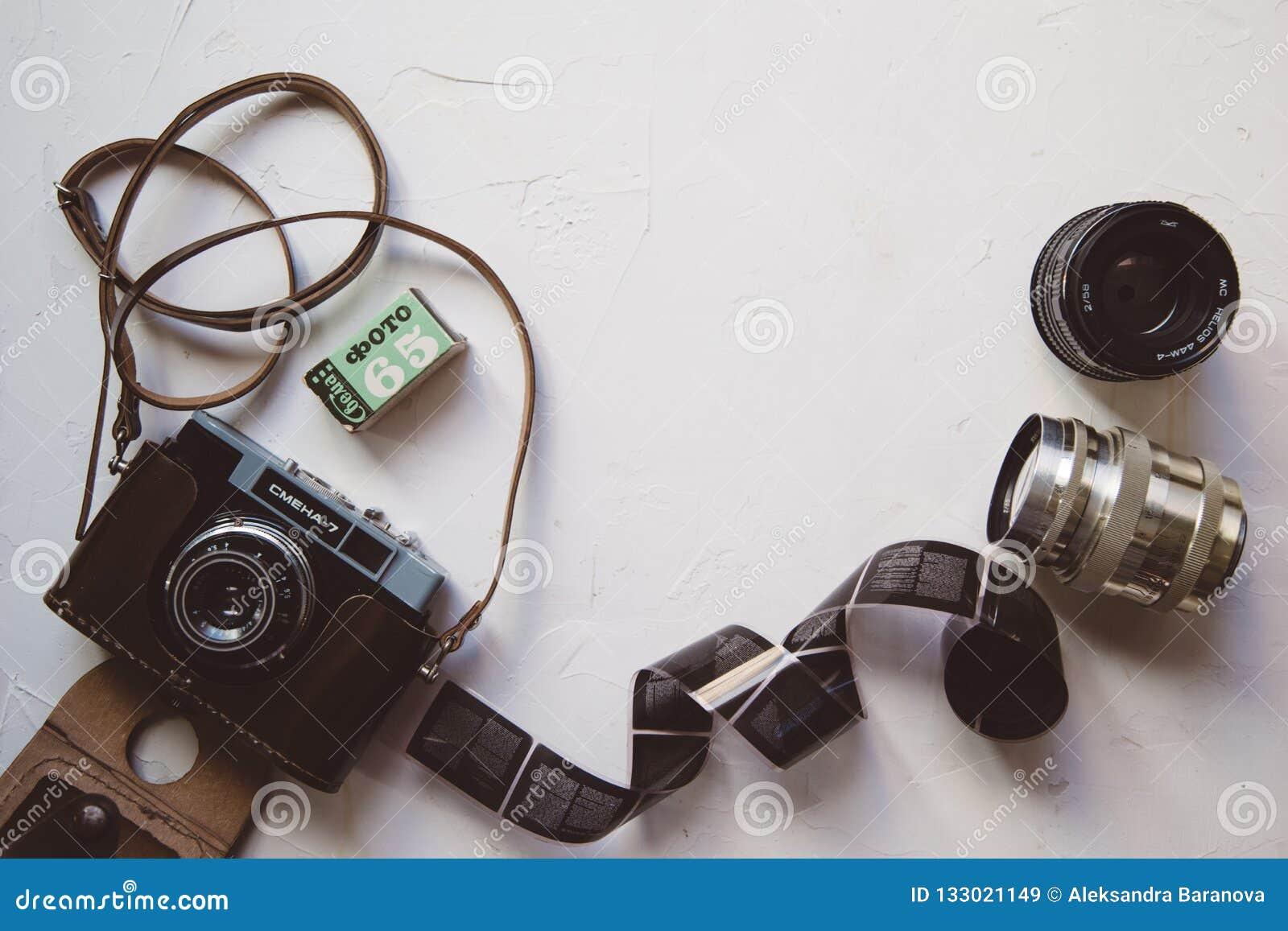 葡萄酒照相机,影片,在白色桌,拷贝空间上的减速火箭的透镜