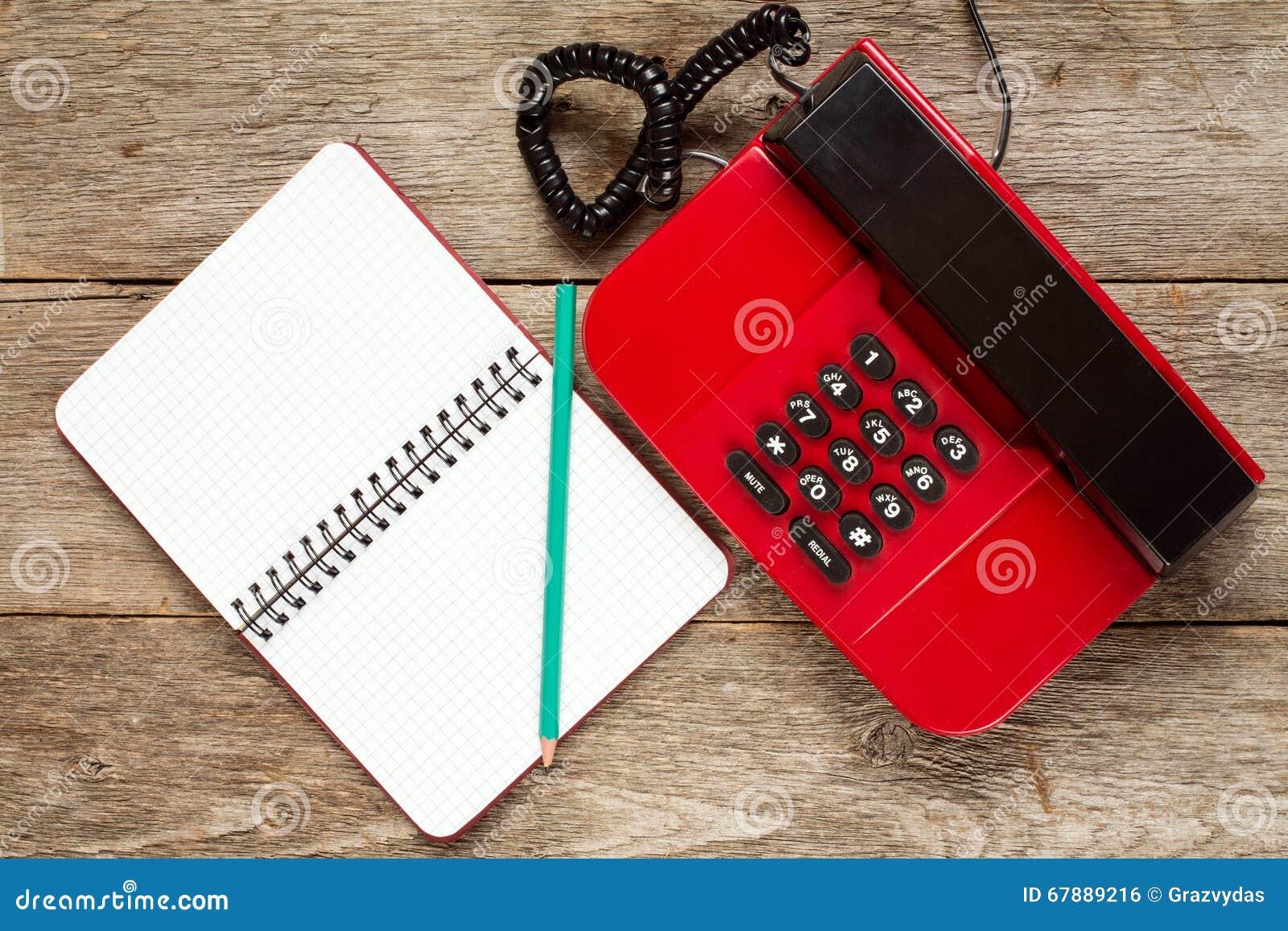 葡萄酒电话和空的笔记本