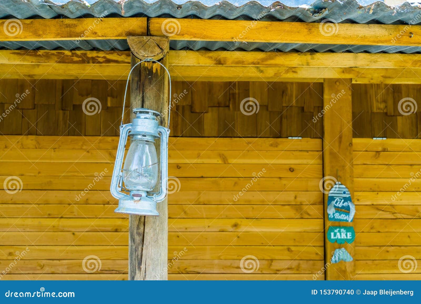 葡萄酒矿工灯笼垂悬在海滩小屋的,怀乡照明设备