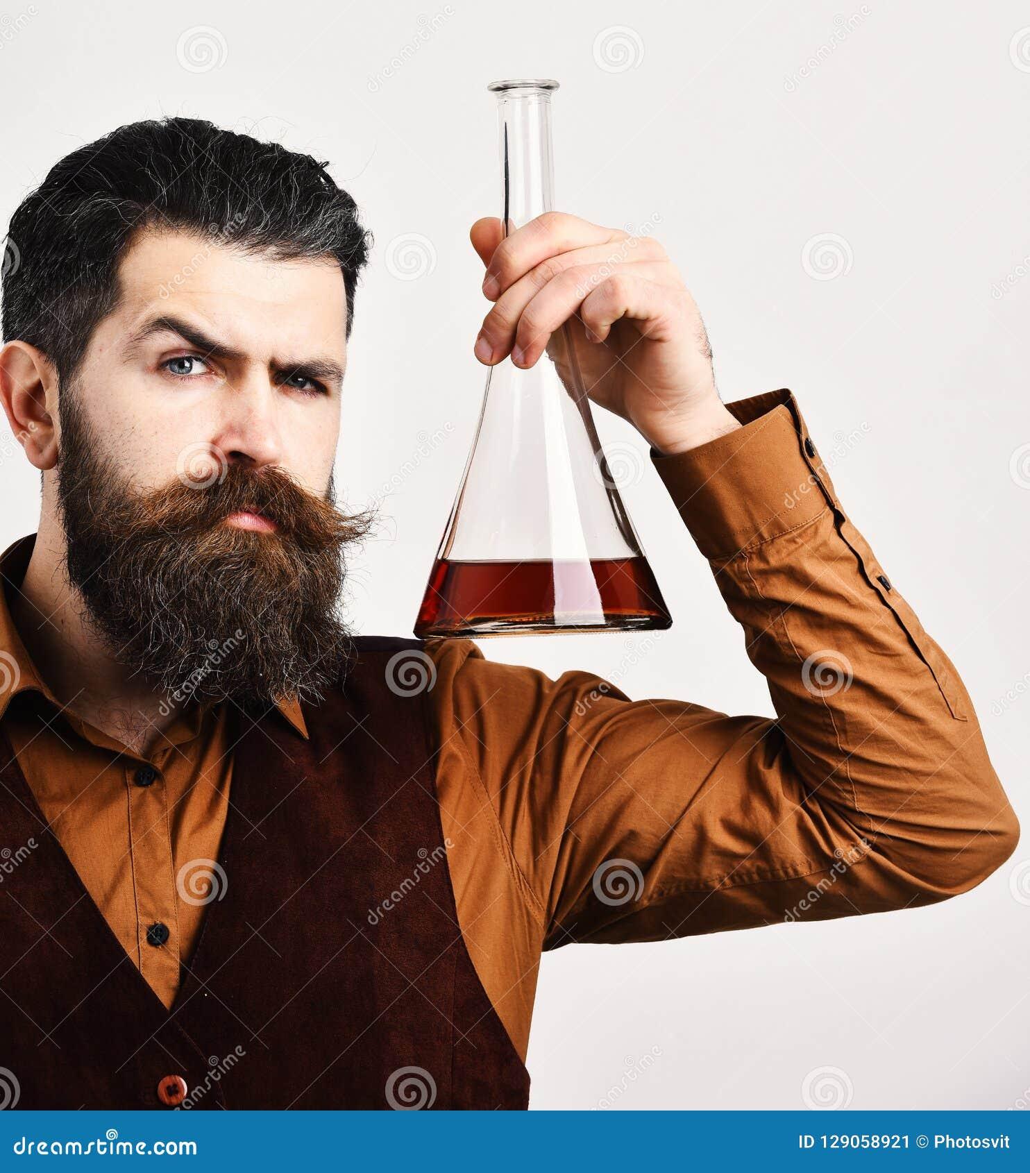 葡萄酒背心的男服务员对负刻痕或白兰地酒