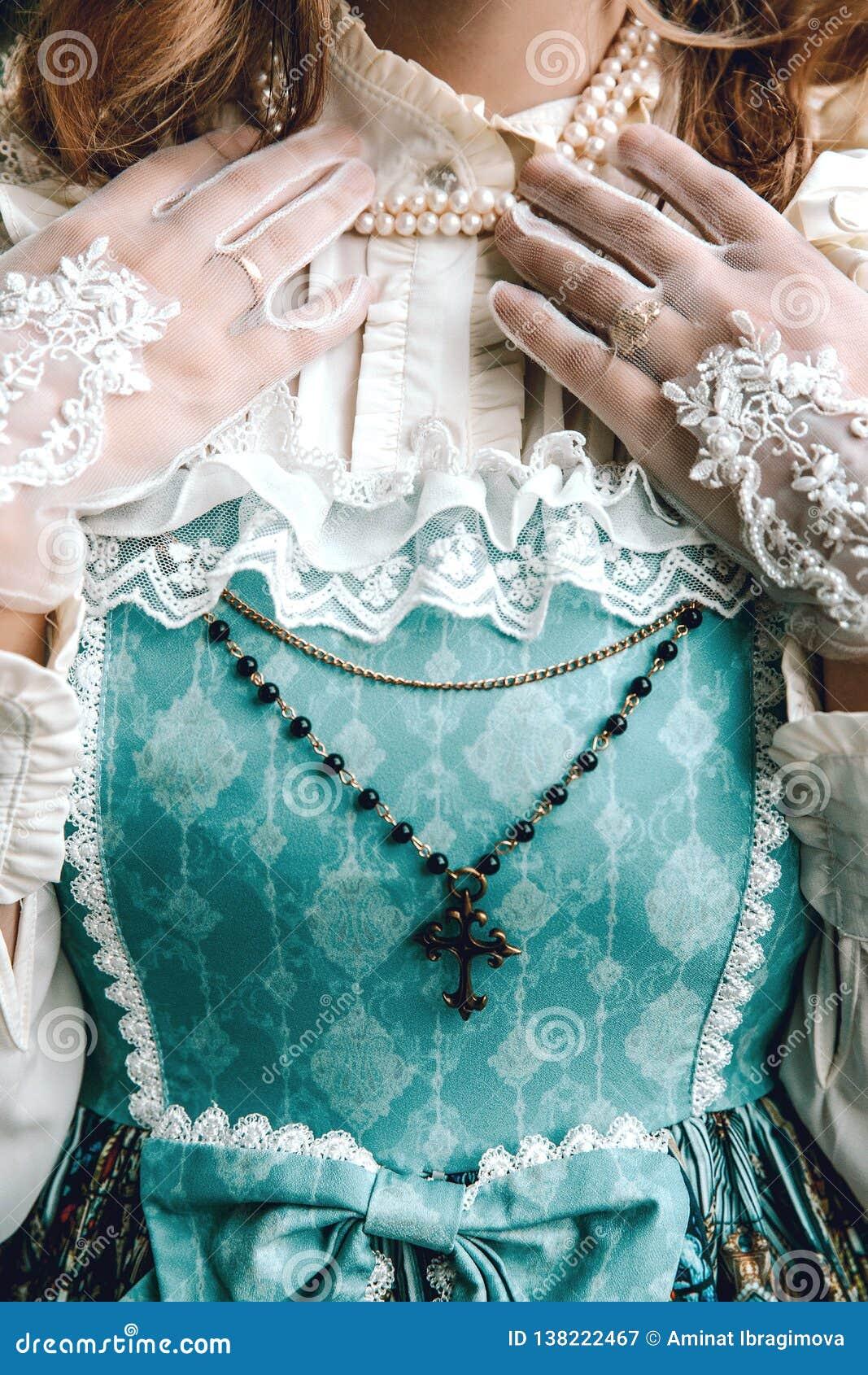 葡萄酒蓝色礼服的美丽的富有的妇女 交叉 维多利亚女王时代的夫人 典雅