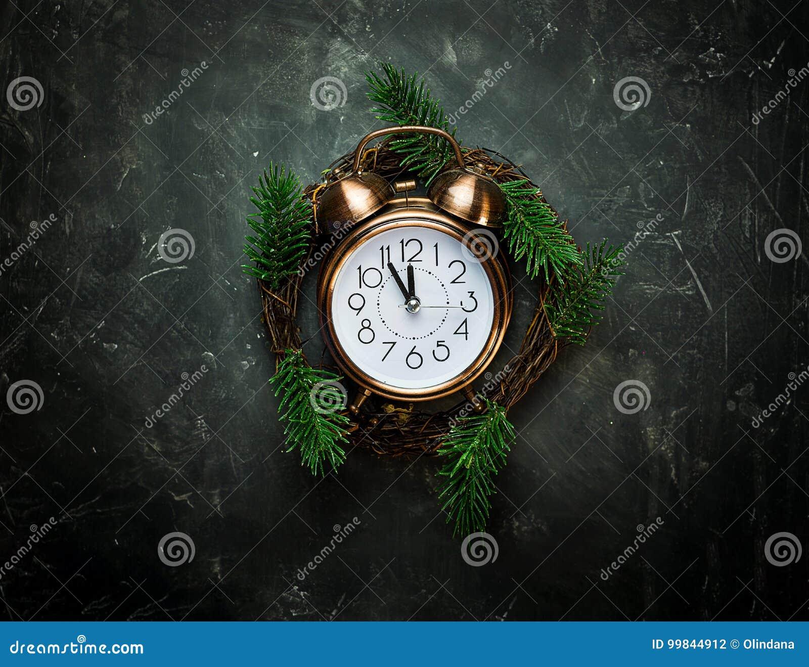 葡萄酒铜闹钟五末日警钟毁灭・新生新年读秒圣诞节花圈杉树在黑背景分支