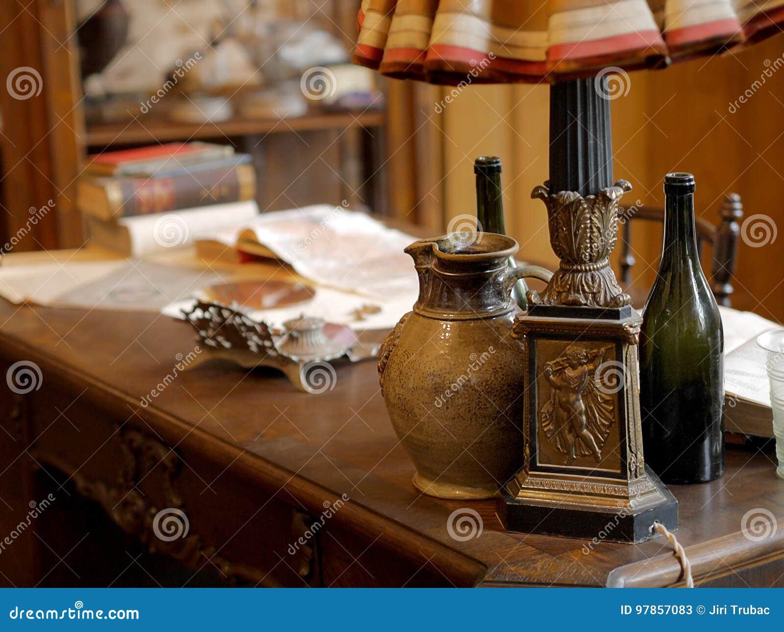 葡萄酒项目、水罐和文件在老办公桌上