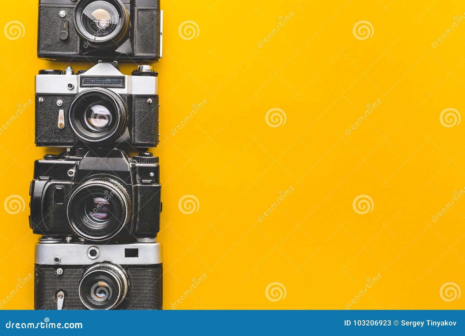 葡萄酒黄色背景表面上的影片照相机 创造性减速火箭的技术概念