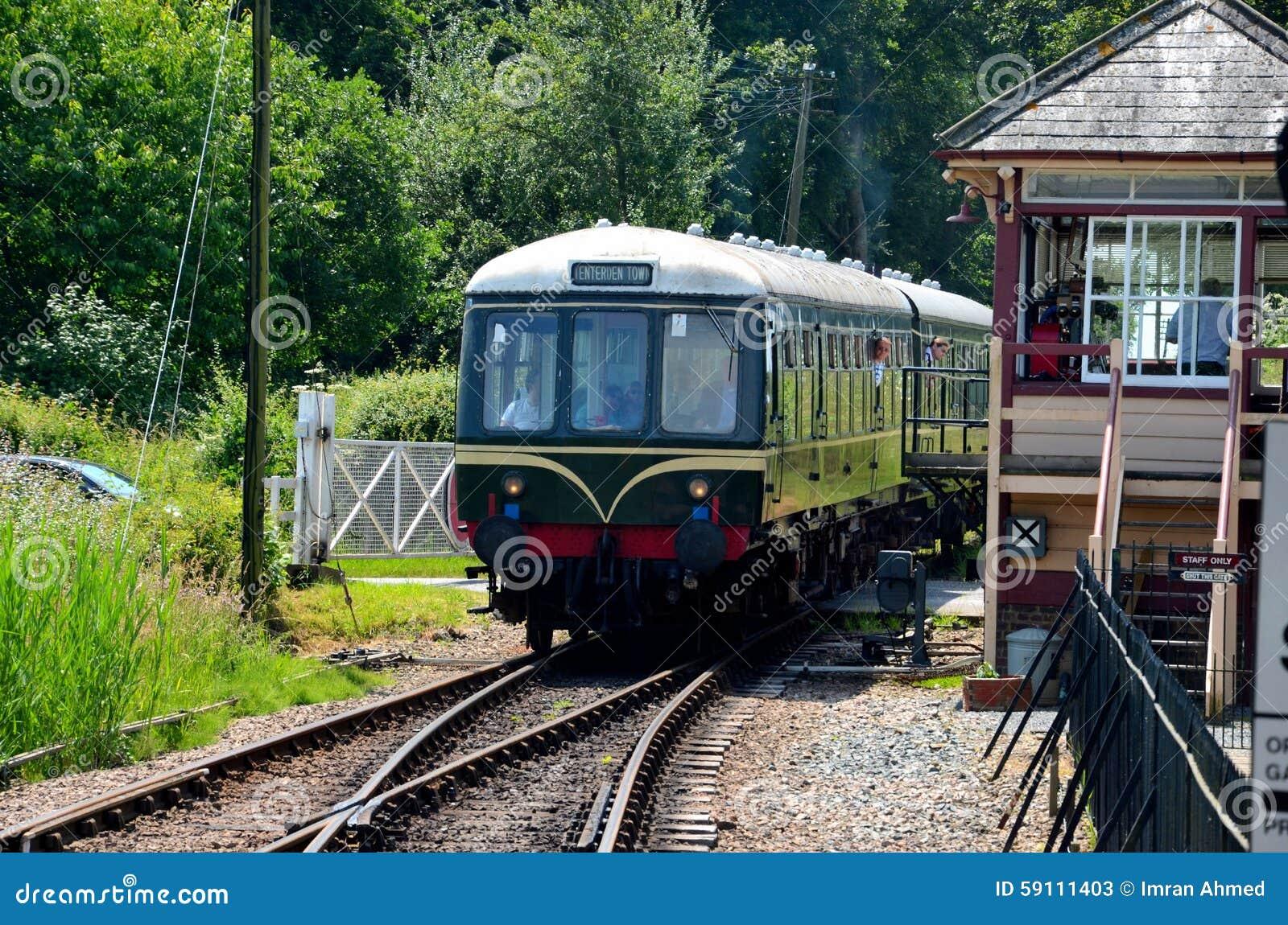葡萄酒柴油电铁路车通过信号房Tenterden遗产铁路英国