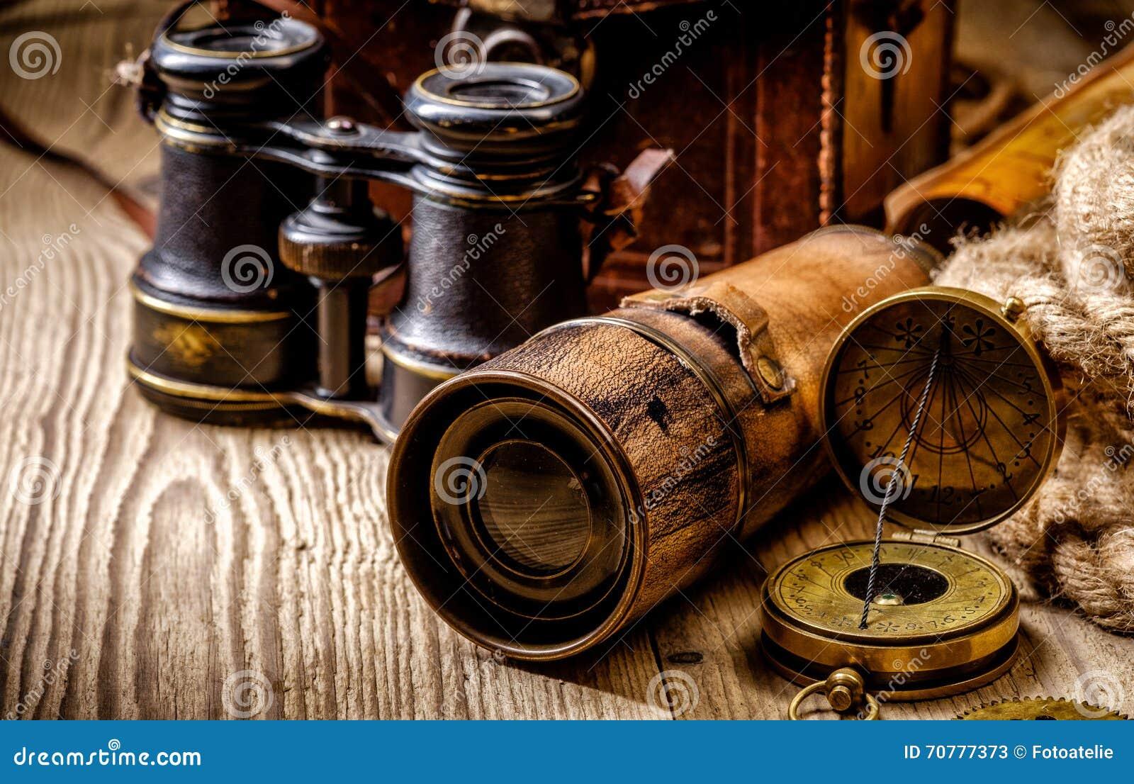 葡萄酒Grunge静物画 在木桌上的古色古香的项目