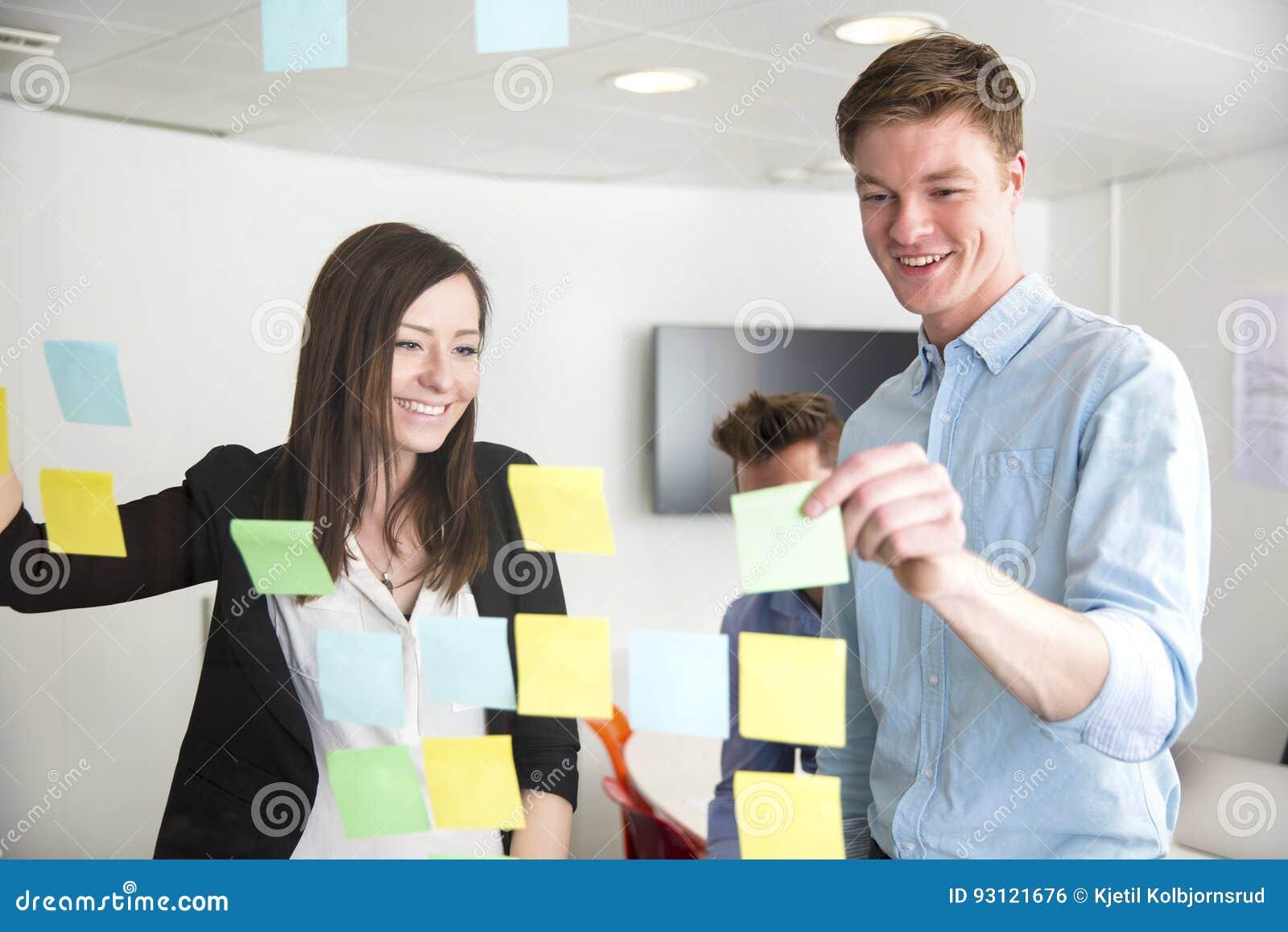 董事谈论在玻璃困住的笔记在办公室