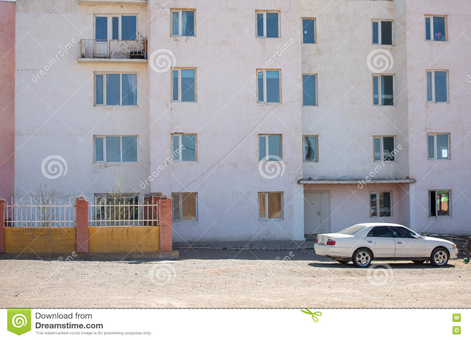 蒙古的乡下有蓝天和搬运车的