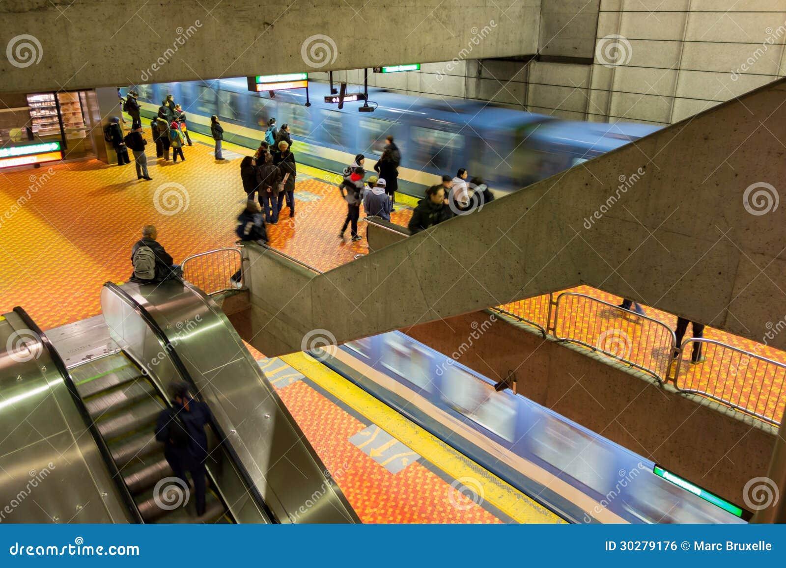 蒙特利尔与2列火车到达的地铁站