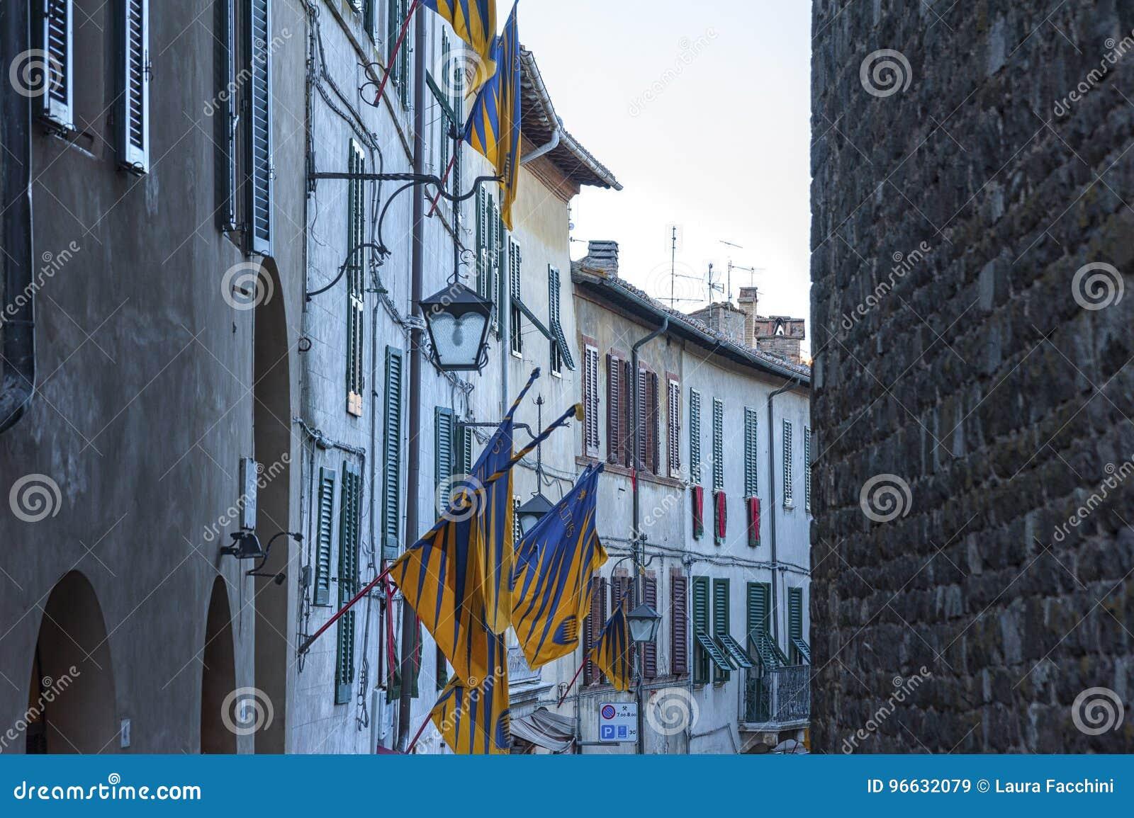 蒙达奇诺, TUSCANY/ITALY :2016年10月31日:狭窄的街道在蒙达奇诺镇, Val D ` Orcia,托斯卡纳,意大利的历史的中心