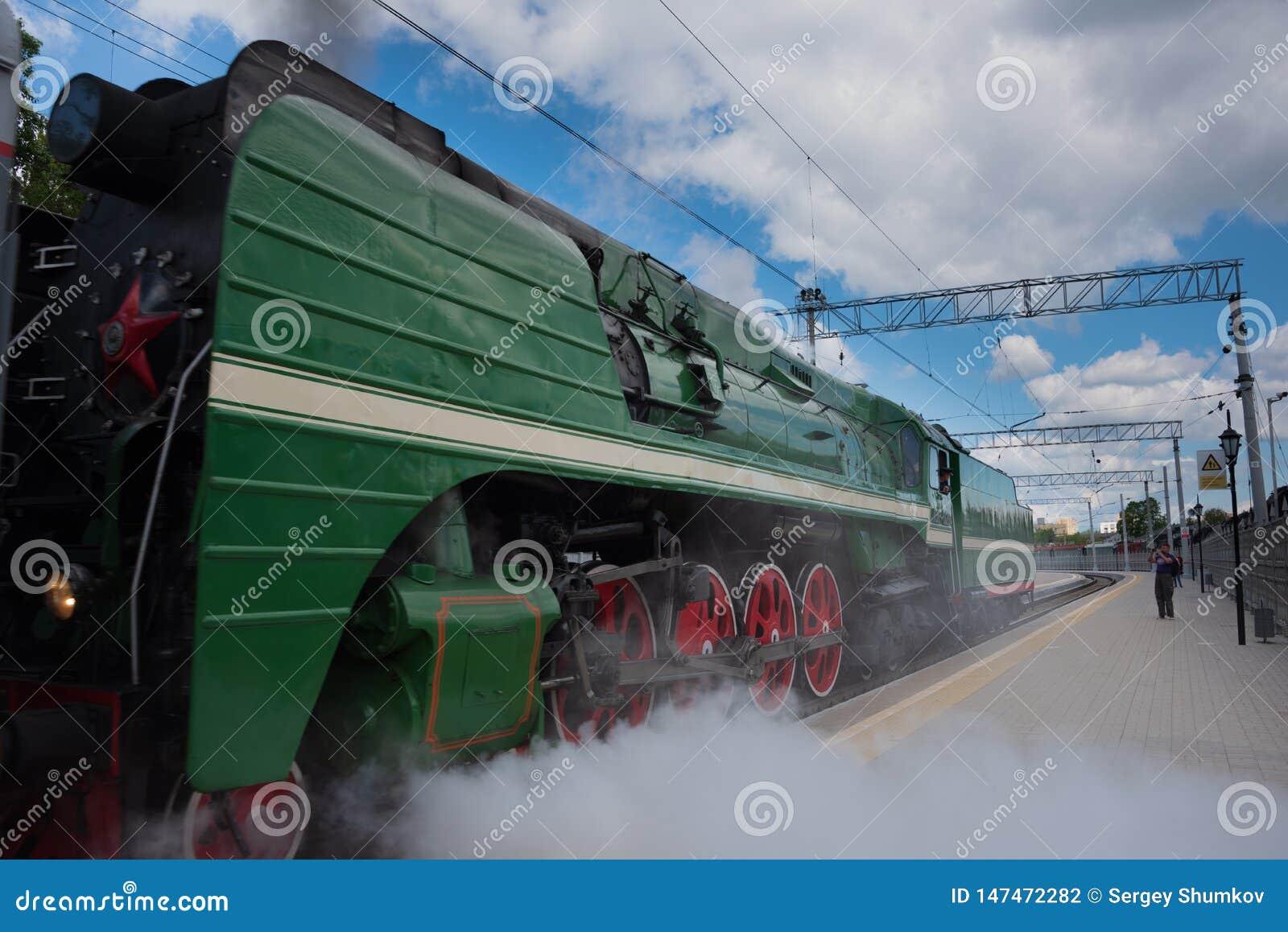 蒸汽机车的四个大红色驱动轮特写镜头