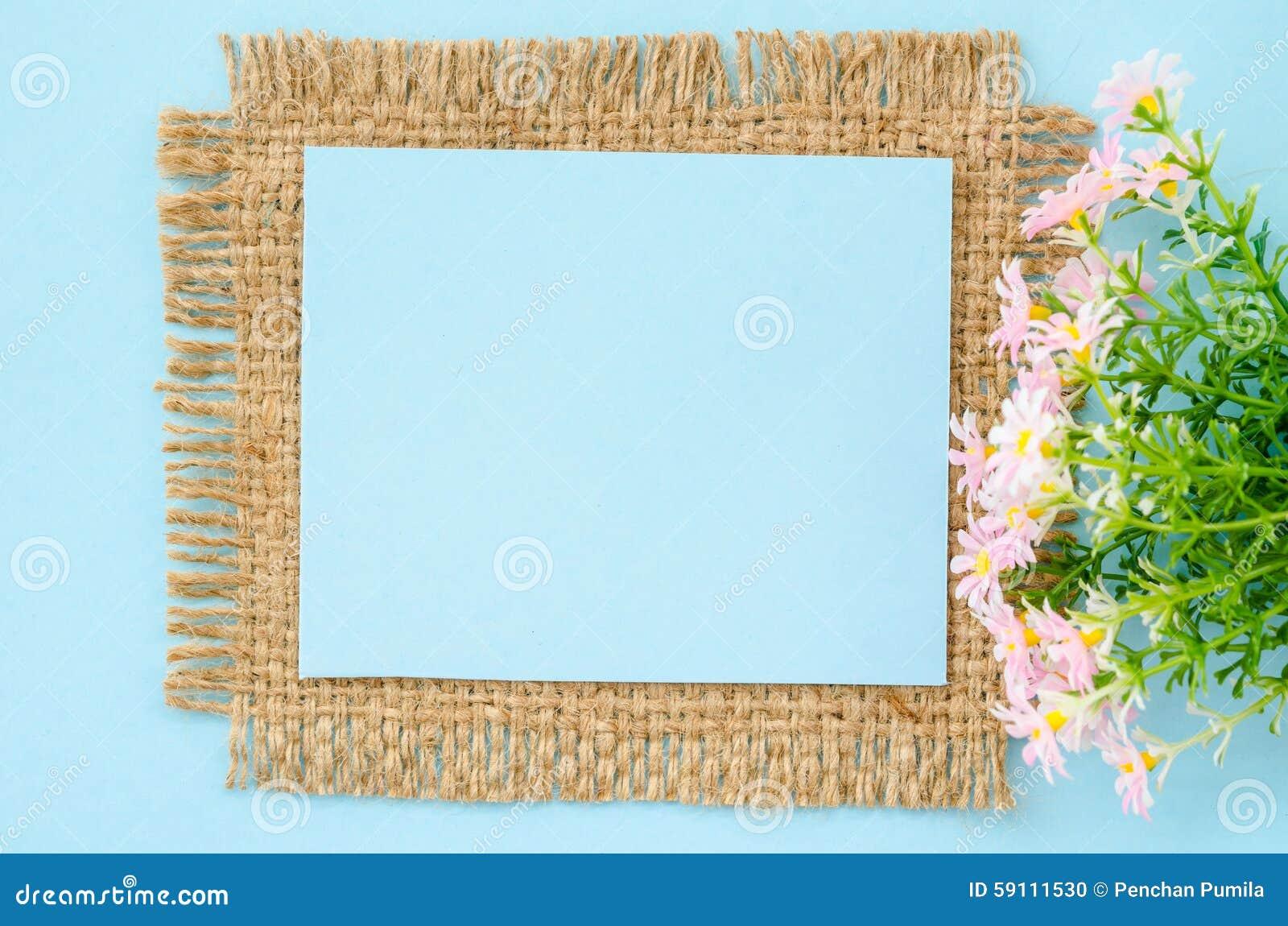蓝纸与花的空白标记