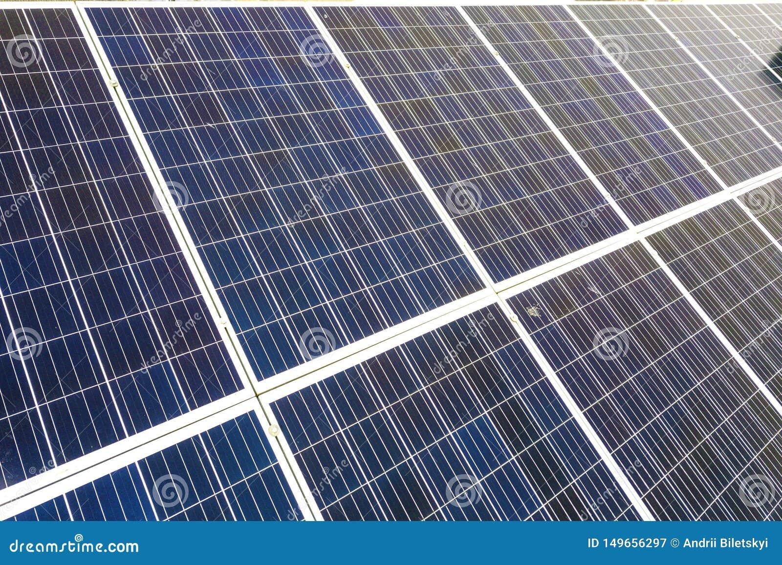 蓝色发光的太阳在大厦屋顶的照片流电盘区系统特写镜头表面  可更新的生态绿色发电
