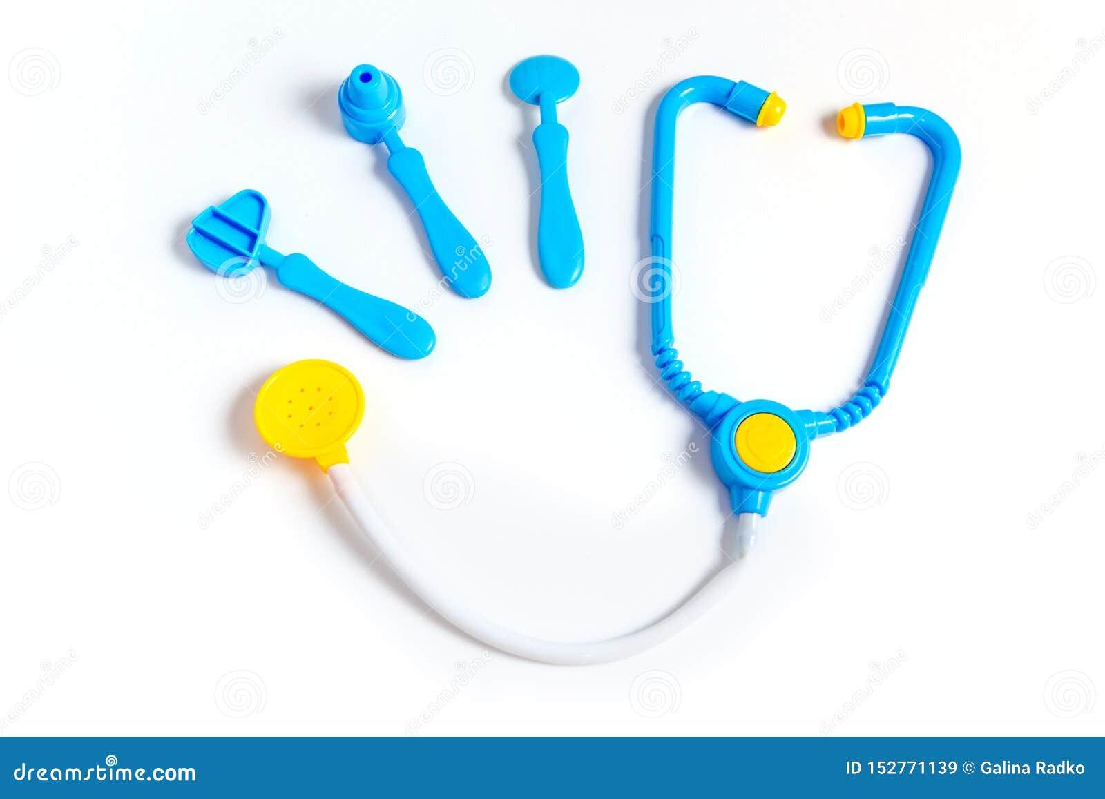 蓝色听诊器,耳镜,锤子,在白色背景隔绝的牙齿镜子 r 由行业的儿童的玩具