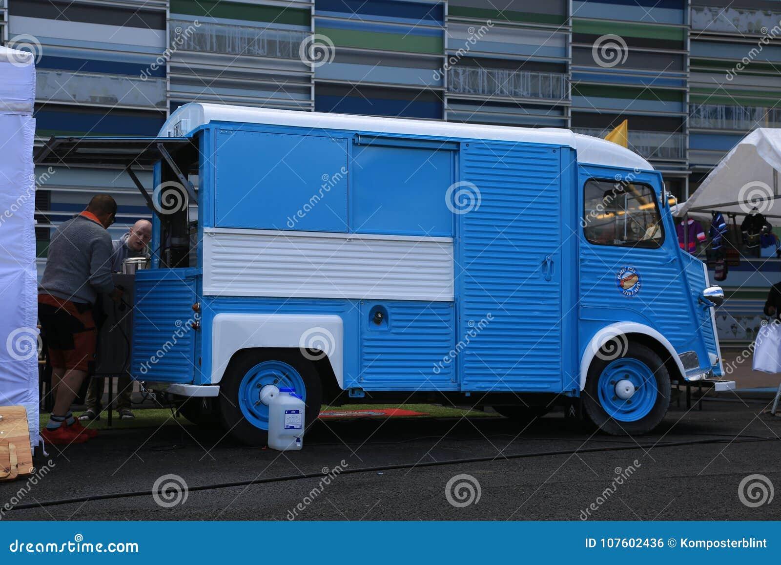 蓝色和白色经典法国微型货车雪铁龙在海中心Vellamo附近键入H 正确的看法