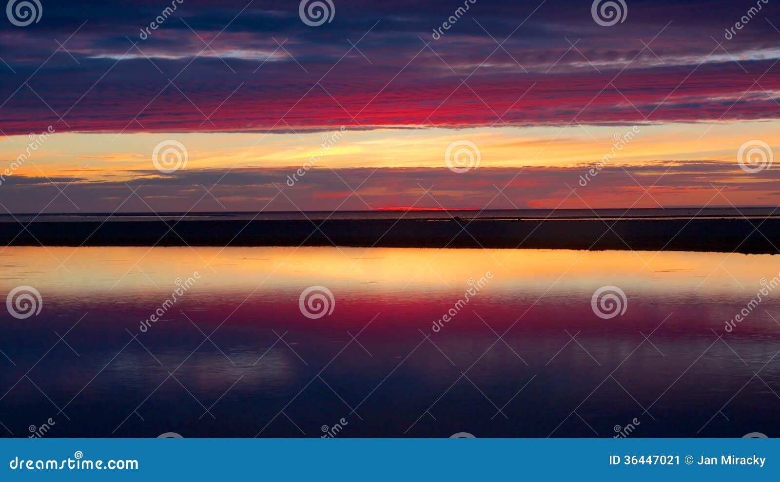蓝色和红色日落在Kalajoki