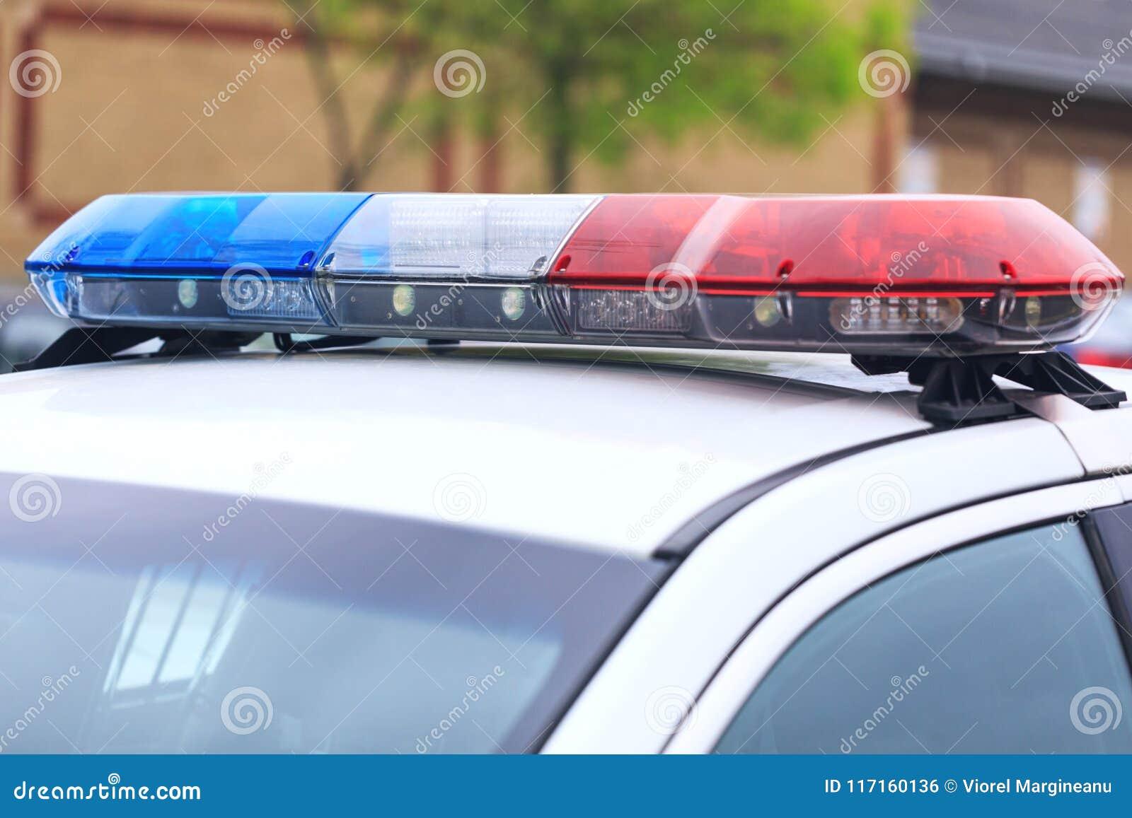 蓝色和警车红色闪动的警报器在路障期间的