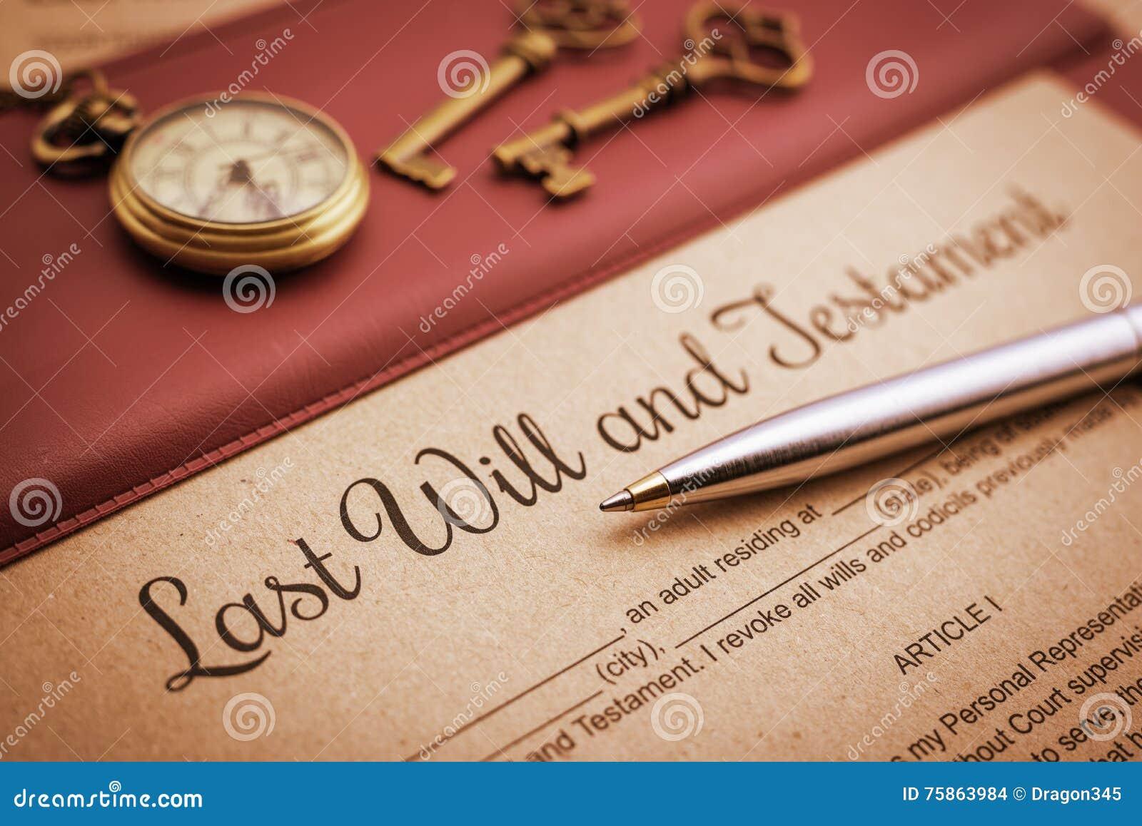 蓝色圆珠笔、古色古香的怀表、两把黄铜钥匙和为时将和在乙烯基书桌垫的遗嘱