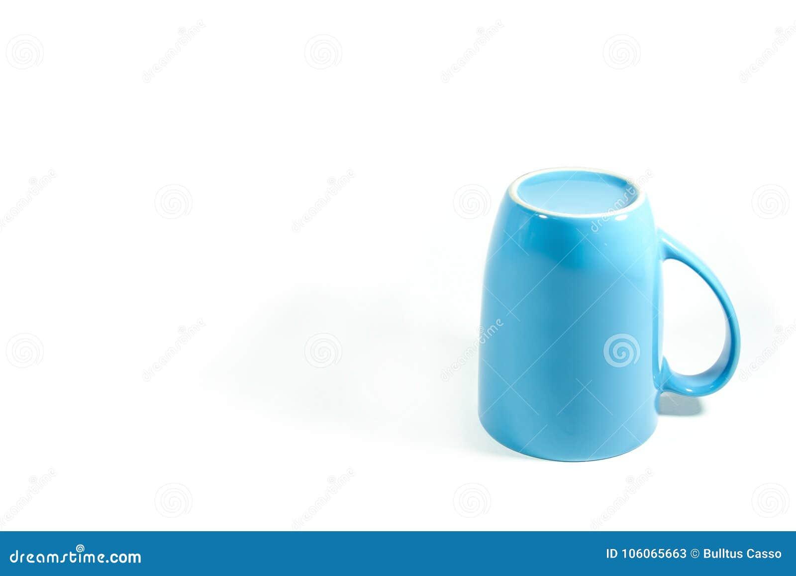 蓝色在白色背景的杯子颠倒的孤立