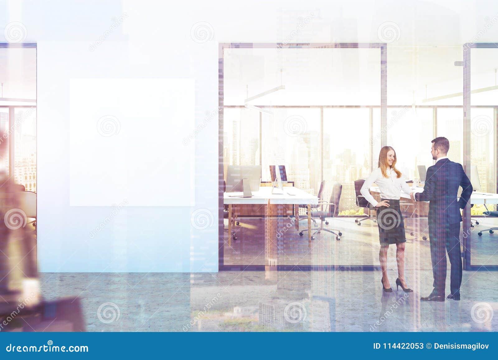 蓝色墙壁办公室大厅,方形的海报,被定调子的城市