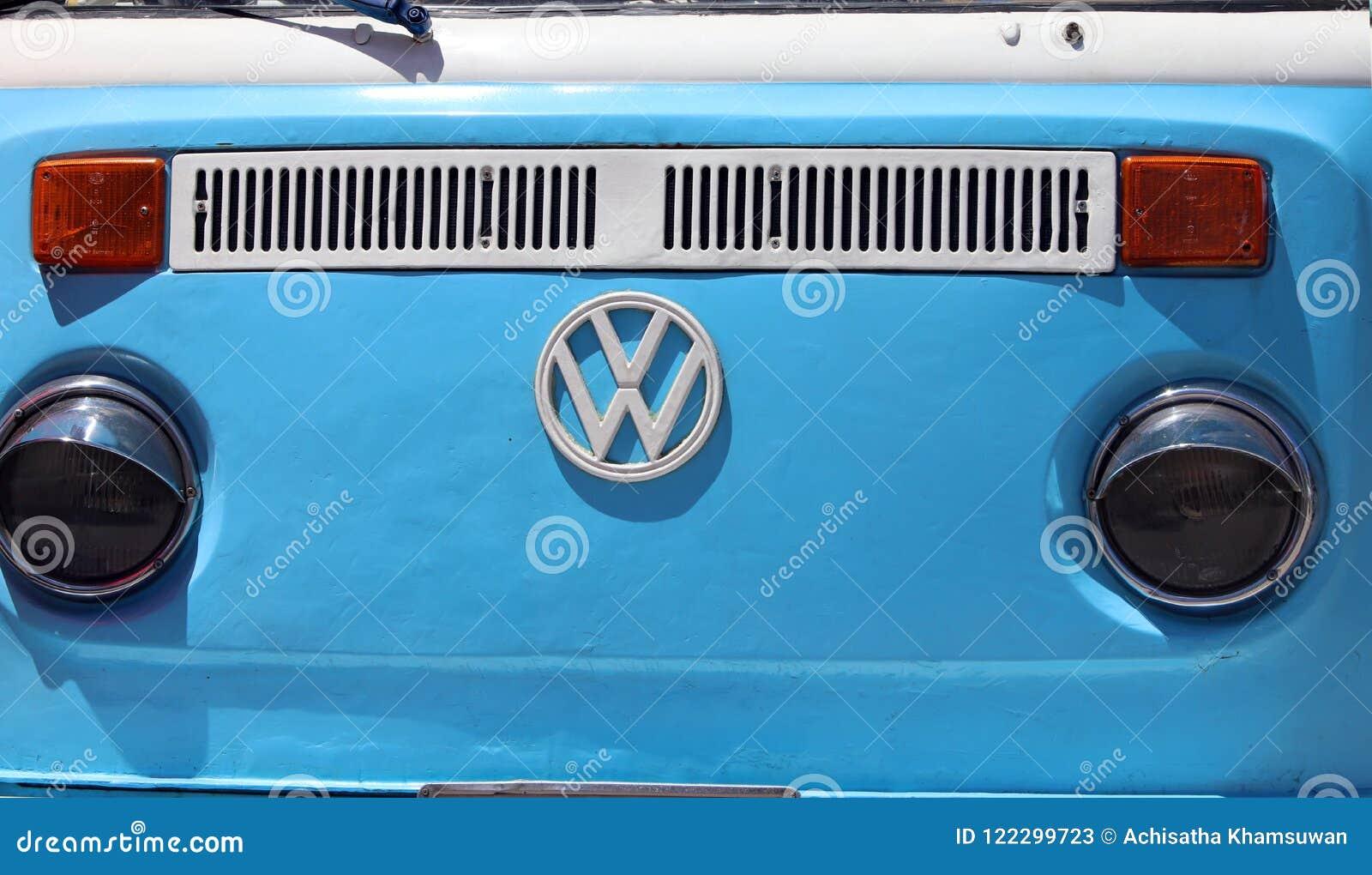 蓝色大众搬运车前面有白合金商标和车灯的