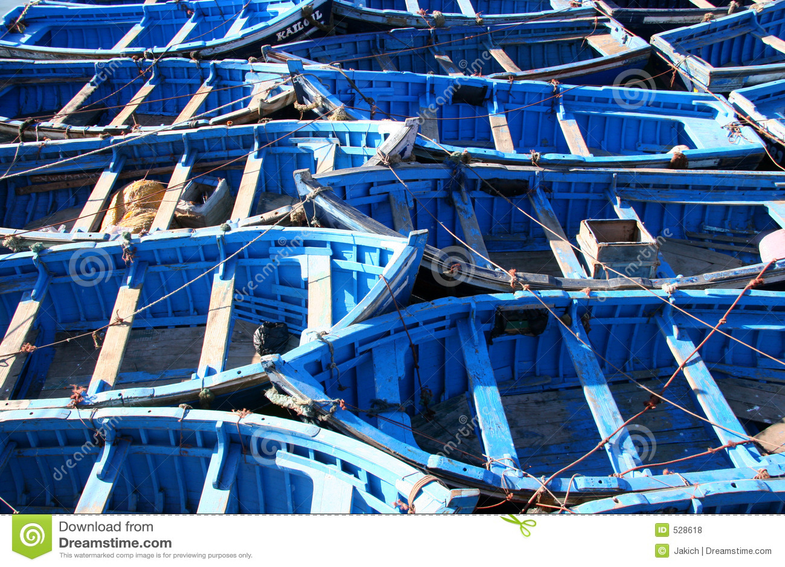 Download 蓝色小船essaouira捕鱼 库存照片. 图片 包括有 蓝色, 灰溜溜, 划艇, 小船, 海洋, 充气救生艇 - 528618
