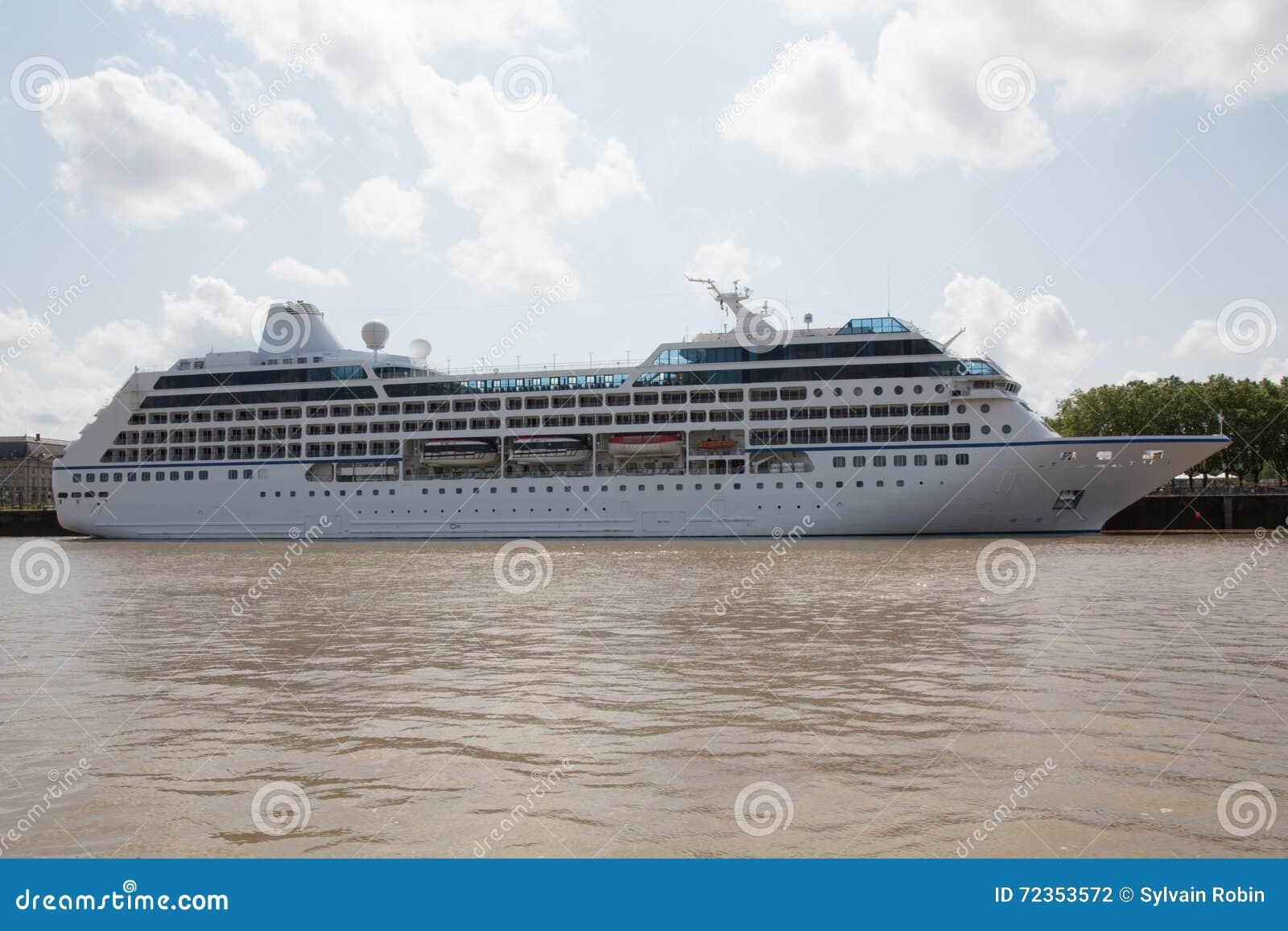 蓝色巡航靠了码头豪华船天空下