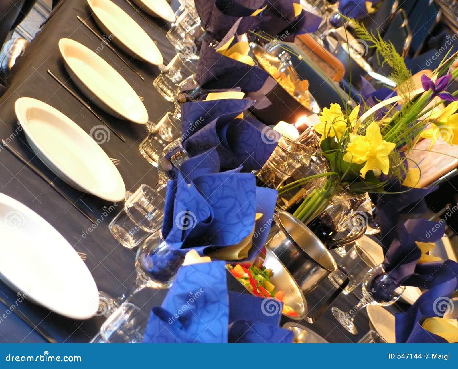 Download 蓝色当事人表 库存照片. 图片 包括有 投反对票, 陶器, 牌照, 金属, 时髦, 刀叉餐具, 言情, 空间 - 547144