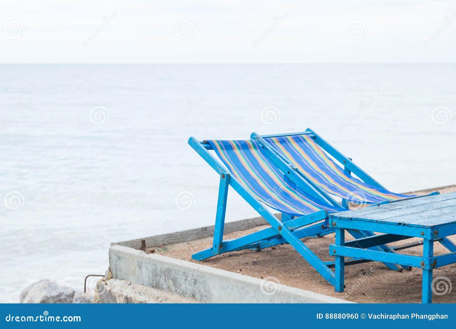 蓝色桌和长沙发