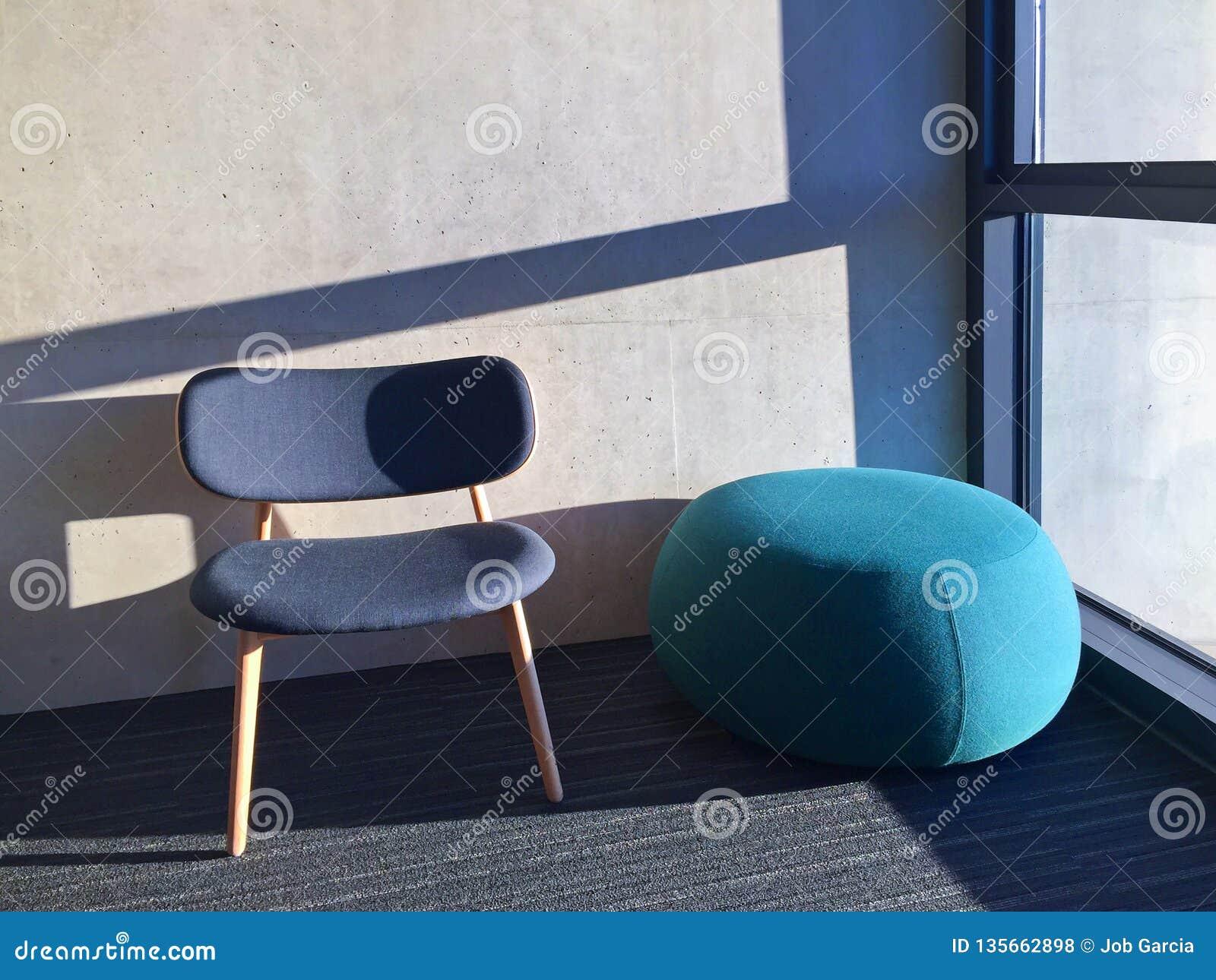 蓝色椅子在有窗口的一间屋子里