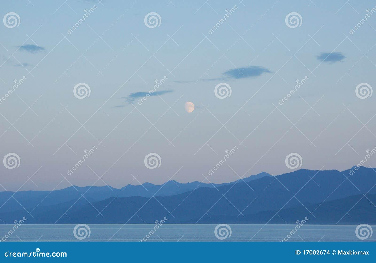 蓝色湖晚上