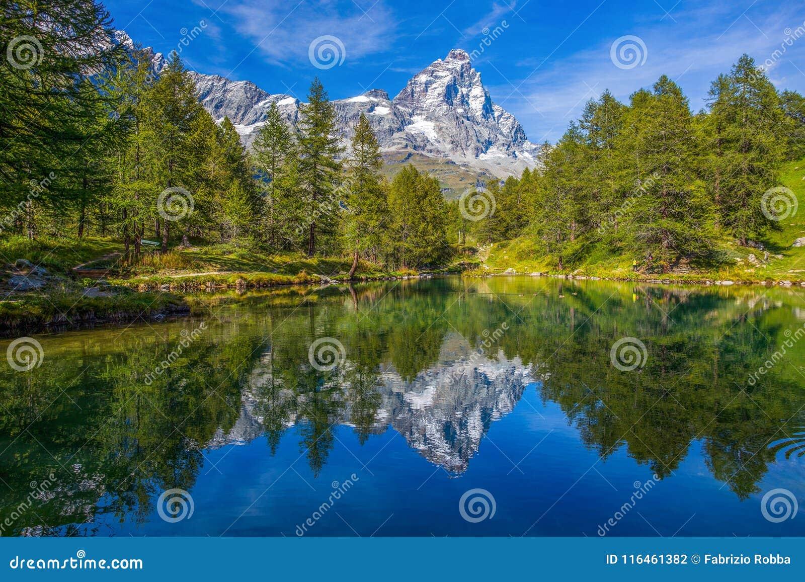 蓝色湖Lago的看法蓝色在布罗伊尔Cervinia附近和Cervino在Val D `奥斯塔,意大利登上马塔角