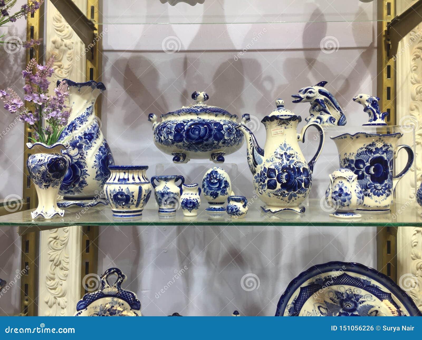 蓝色瓷陶器待售 板材、碗和瓷的选择待售在商店 蓝色瓷器物与