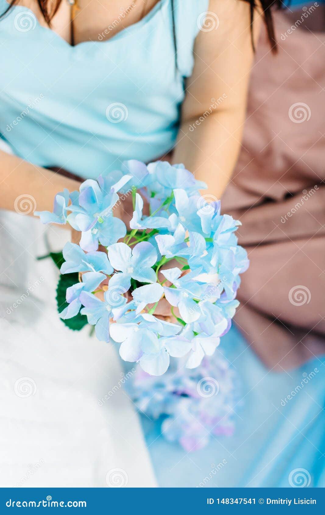 蓝色礼服的少女