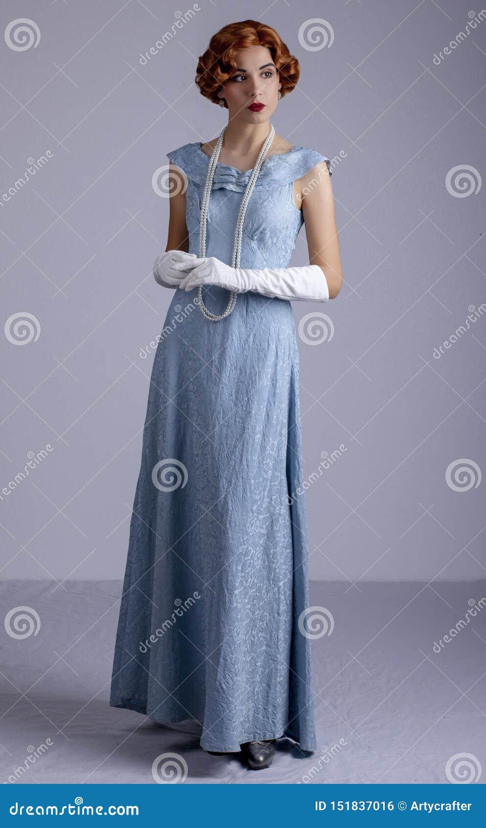 蓝色礼服的20世纪30年代妇女