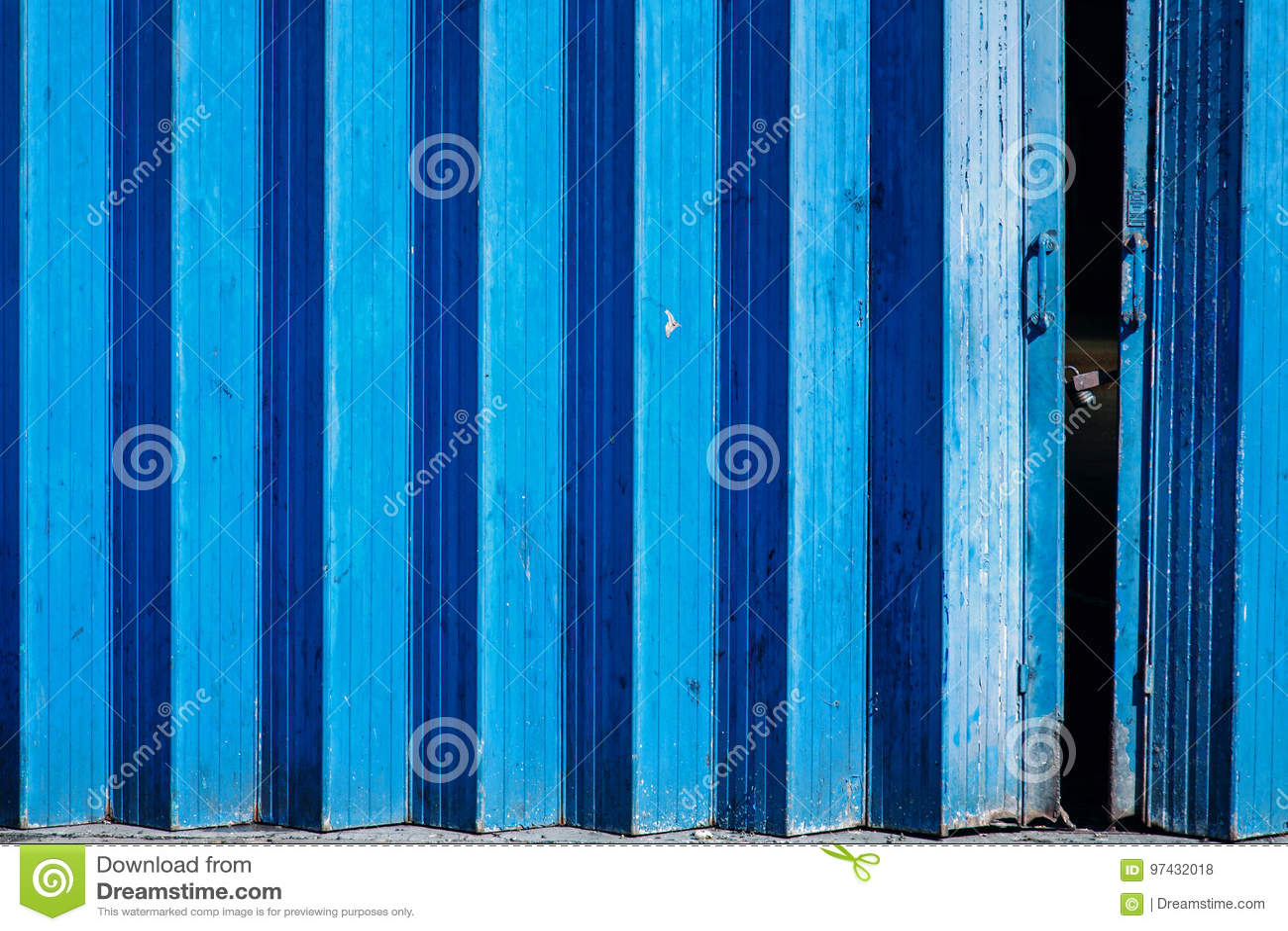 蓝色被绘的六角手风琴状门