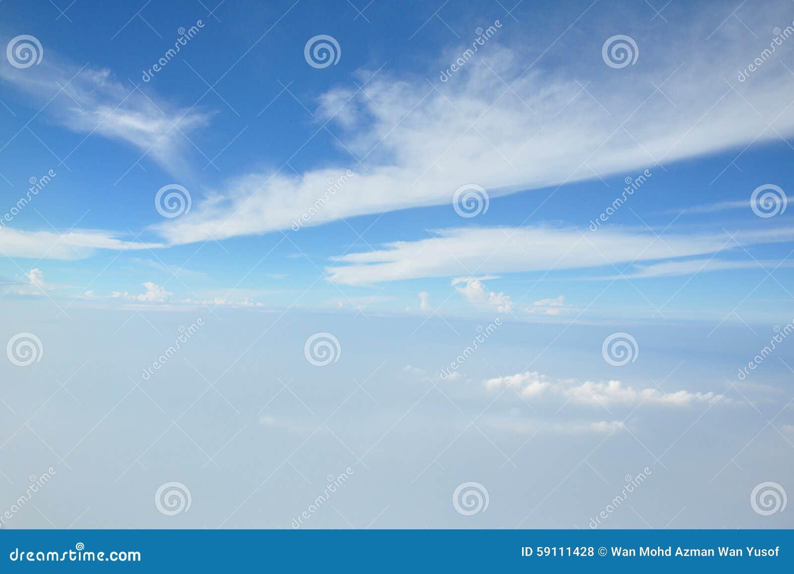 蓝色覆盖天空白色