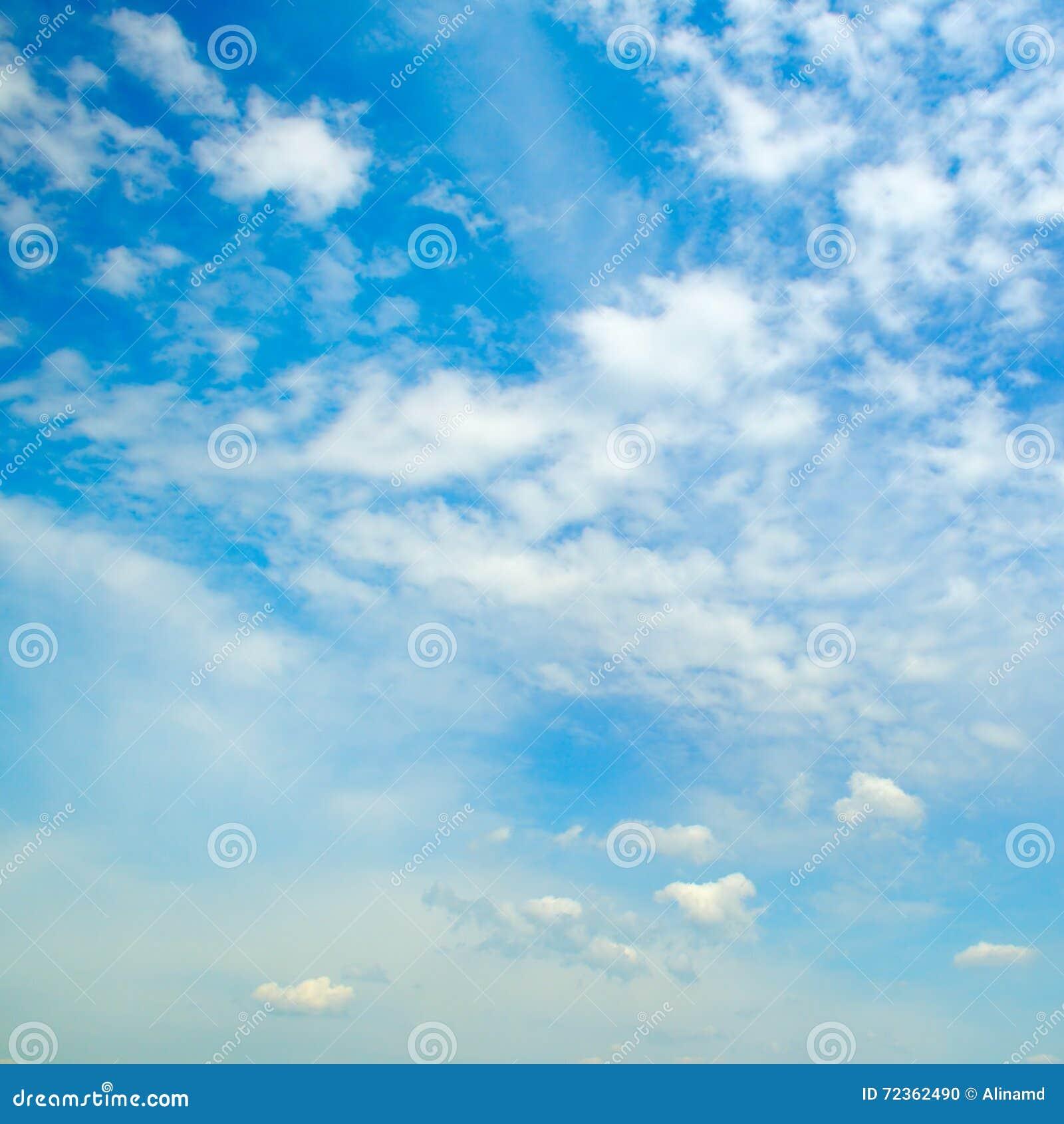 蓝色覆盖积云天空