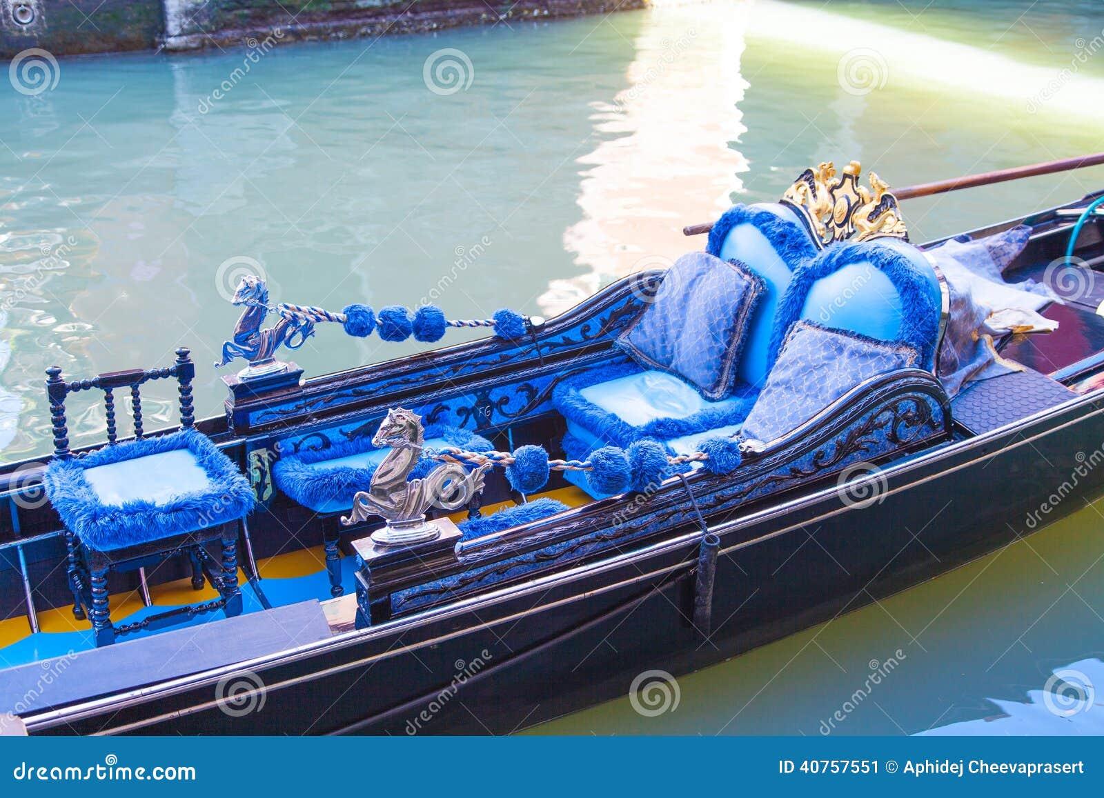 蓝色长平底船在大运河的威尼斯
