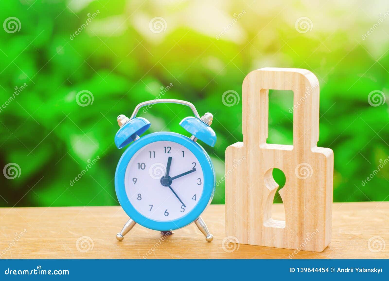 蓝色闹钟和挂锁 非耐久性的保护经过时间检验的保护和稳定 挽救时间 概念的临时