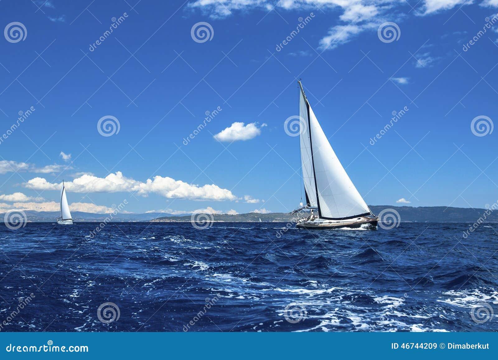 蓝色颜色黑暗的losed赛船会航行航行天空体育运动赢利地区 豪华游艇行在小游艇船坞船坞的