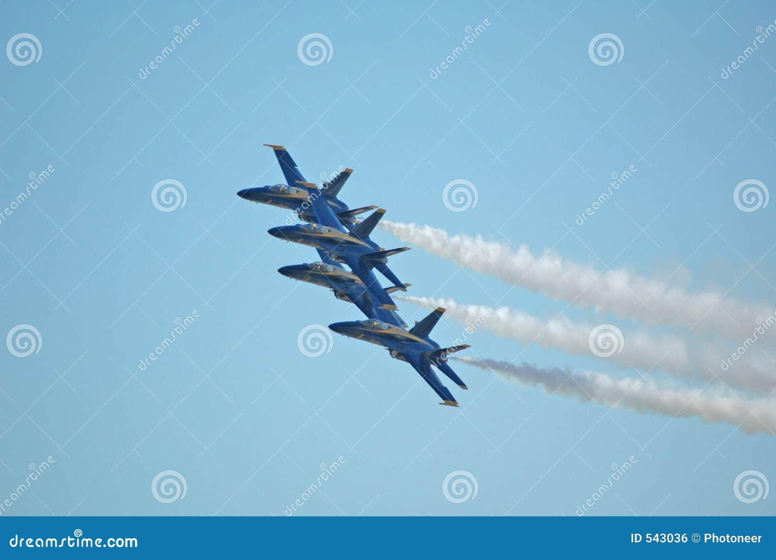 Download 蓝色2个的天使 库存照片. 图片 包括有 强制, 航空, 天使, 形成, 大黄蜂, 天空, 特技, 投炸弹者 - 543036