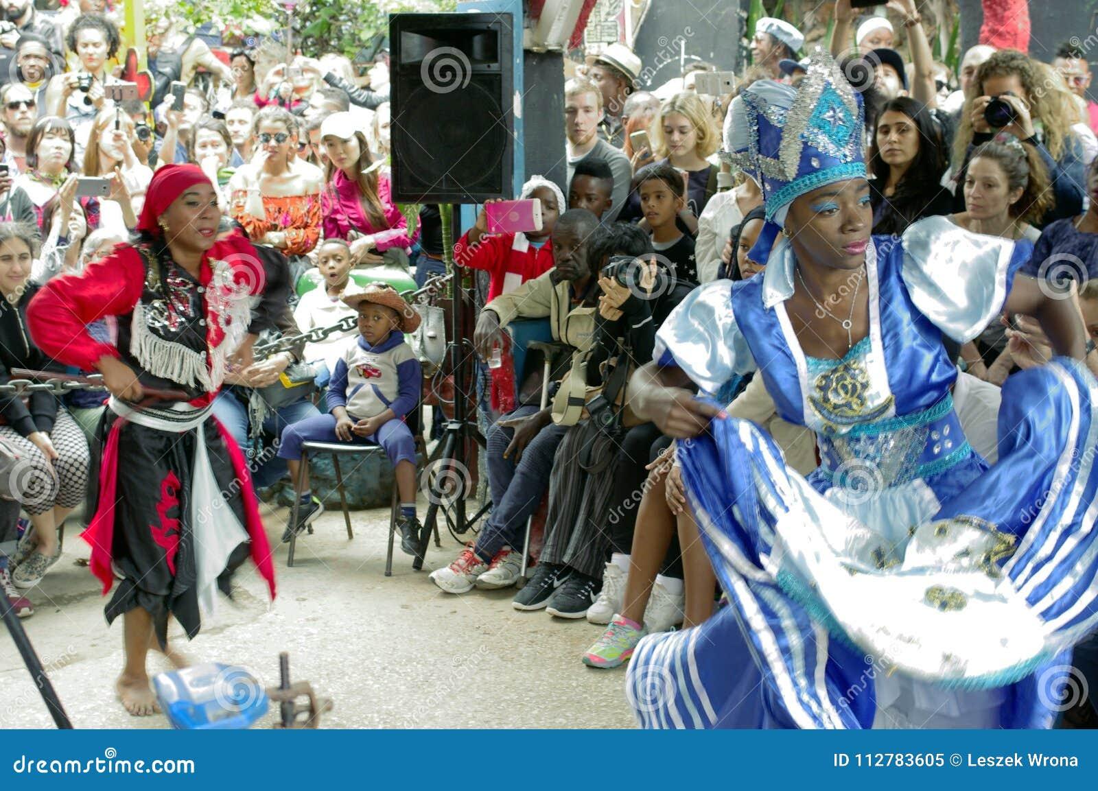 蓬松卷发古巴人文化和舞蹈执行者