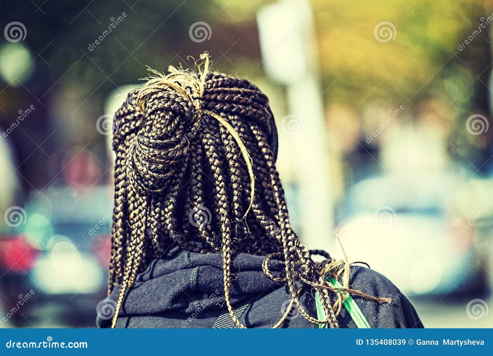 蓬松卷发辫子,辫子女孩发型非洲的头发,拷贝空间