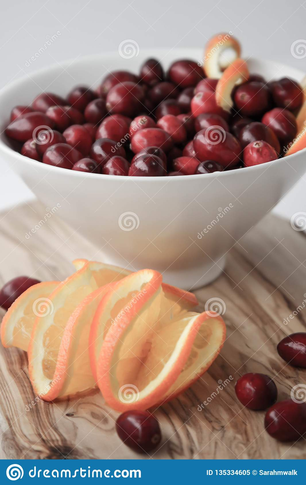 蔓越桔和水多的橙色切片