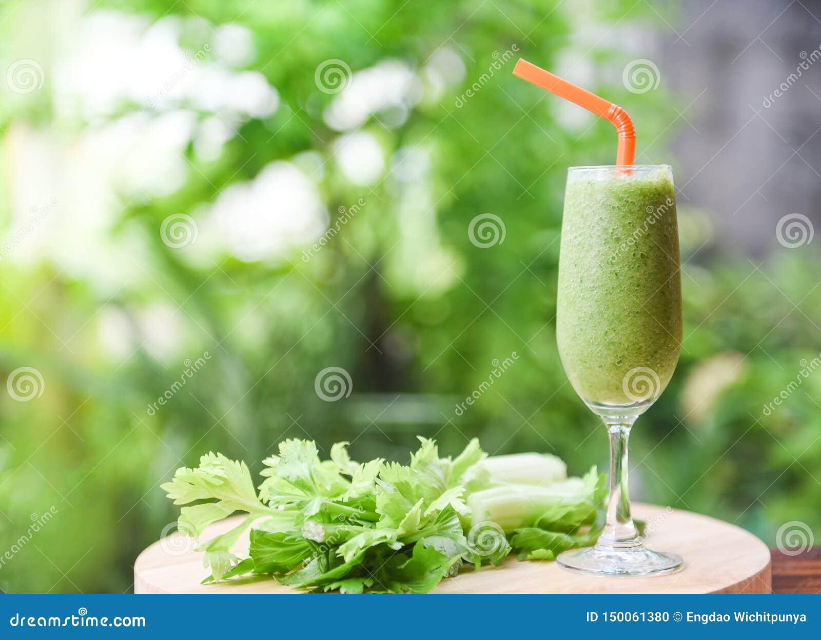 蔬菜汁圆滑的人夏天和新鲜的芹菜茎在木板有自然绿色的