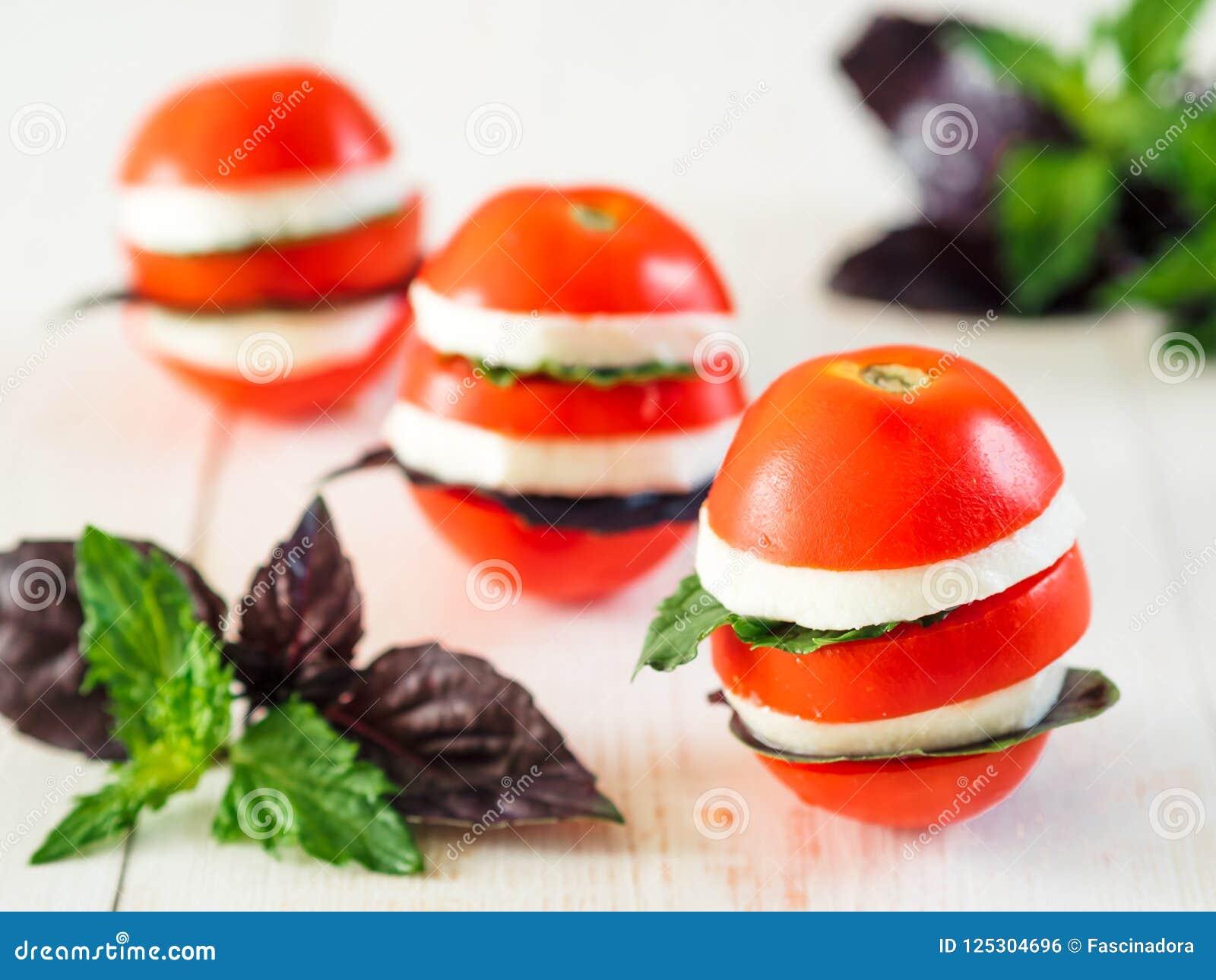蕃茄和乳酪层状appetiezer